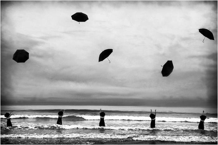 Сюрреалистические и абсурдные фотографии женщин от Марджори Сальватерры