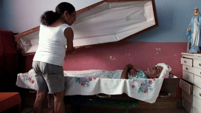 Бразилец больше 20 лет спит в гробу по пятницам