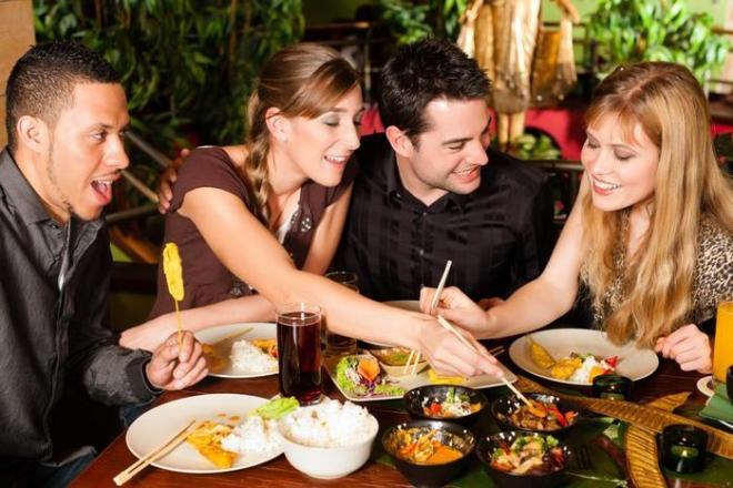 7 психологических приемов, которые помогут вам не объедаться в праздники