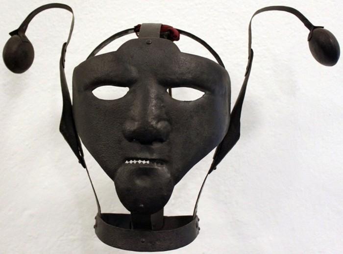 Как в Средневековье наказывали сплетников