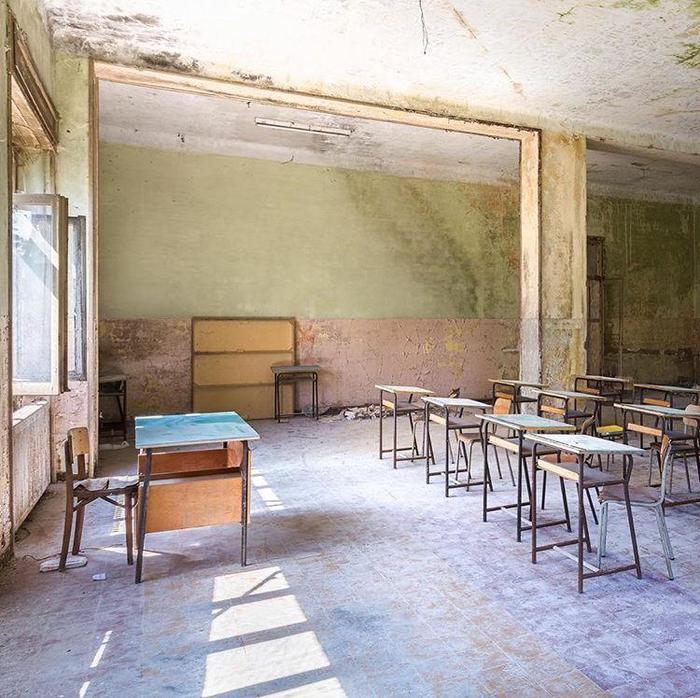 Осколки Европы: заброшенные церкви, школы и дворцы в фотографиях Романа Робрука