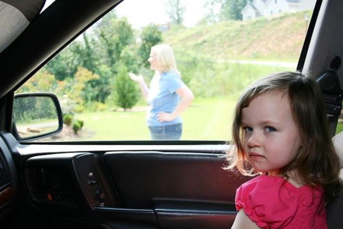 Автомобилистка зажала рулон бумаги между стеклом и рамой: как этот странный трюк может спасти жизнь