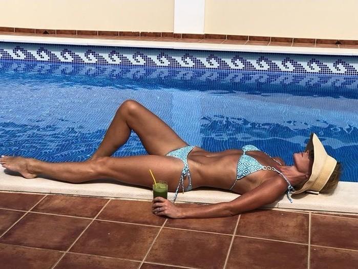 Звезды показали самую удачную позу для фотосессий в купальнике для инстаграм
