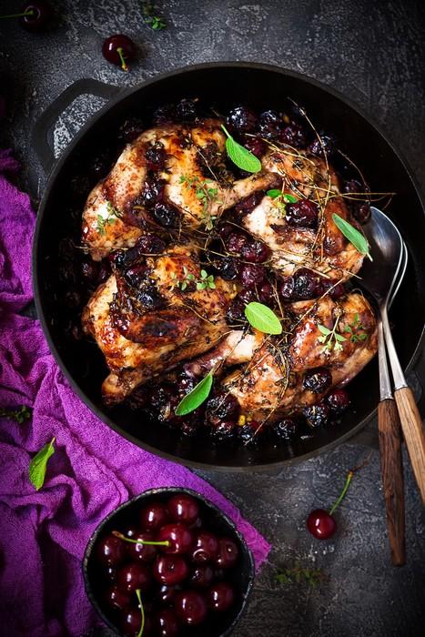 Цыплята, запеченные с вишней и травами