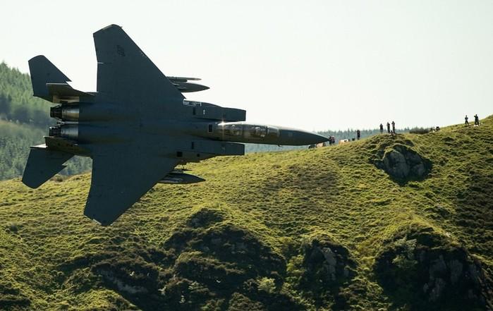 Истребитель F 15E Strike Eagle с необычного ракурса