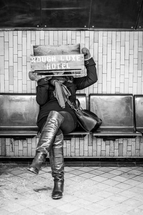 Девушка французского фотографа, которая нелюбит позировать, получается круто на снимках