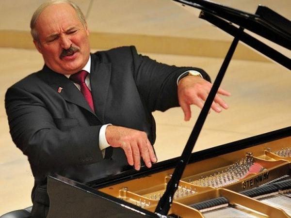 Лукашенко   пианист
