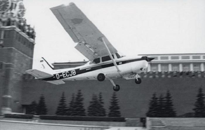 Зачем Матиас Руст посадил самолет на Красную площадь?