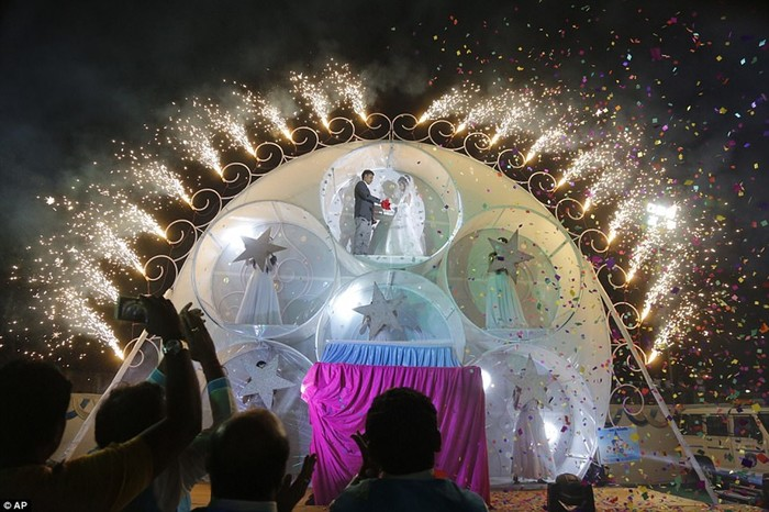 В Индии алмазный магнат устроил роскошную свадьбу для 250 пар бедняков