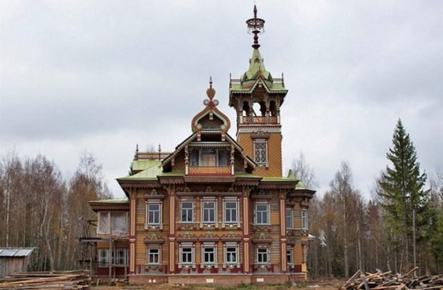 Российский бизнесмен перестроил удивительный деревянный терем в Чухломе