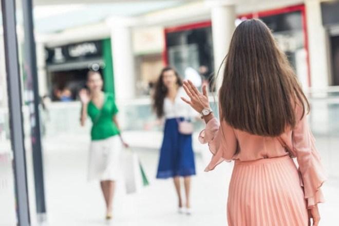 Женщины в компании подруг кажутся симпатичнее: выводы психологов