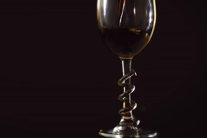Как оригинально украсить бокал согнутым гвоздем