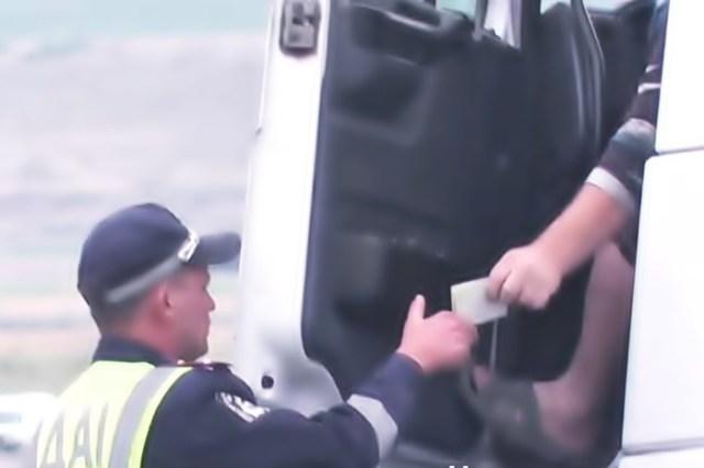 Відео про хабарі на посту ДАІ біля Коблева