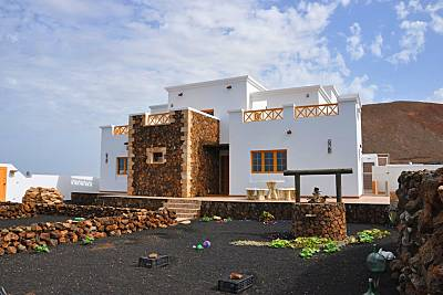 Casa Caldera Blanca rodeada de volcanes Lanzarote