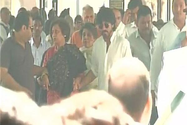 ससुर के अंतिम संस्कार में पहुंचे शाहरुख खान