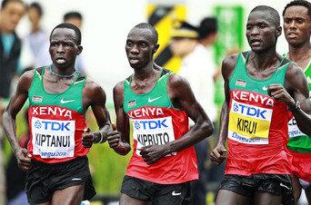Abel Kirui y Vincent Kipruto, oro y plata, junto a su compatriota Kiptanui