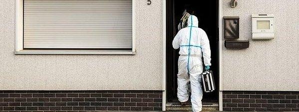La policía entra en el domicilio donde se han hallado los restos mortales de los bebés. FOTOGRAFÍA Ap