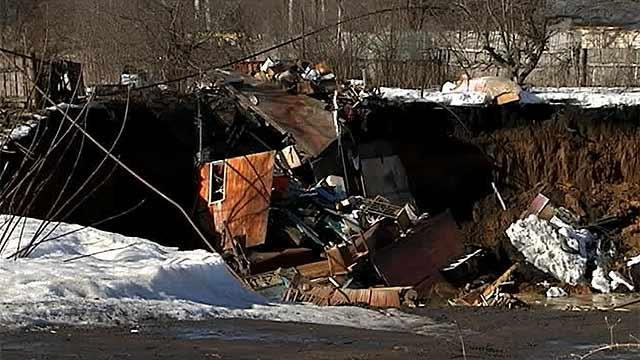 В поселке под Нижним Новгородом под землю провалились сразу несколько домов