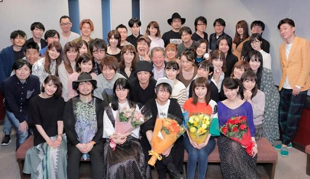 Các diễn viên cầm hoa bên dưới lần lượt là người lồng tiếng cho Gray, Happy, Natsu, Lucy, Erza.