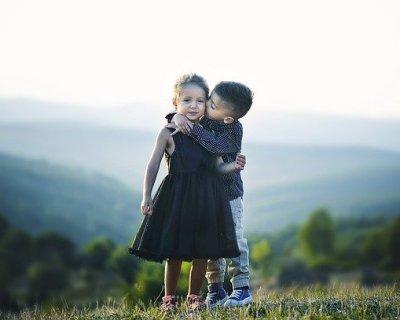 Risultati immagini per abbracci tra donne