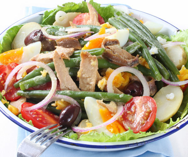 Healthy Nicoise salad recipe with tuna, eggs, green beans, tomatoes, and potatoes.