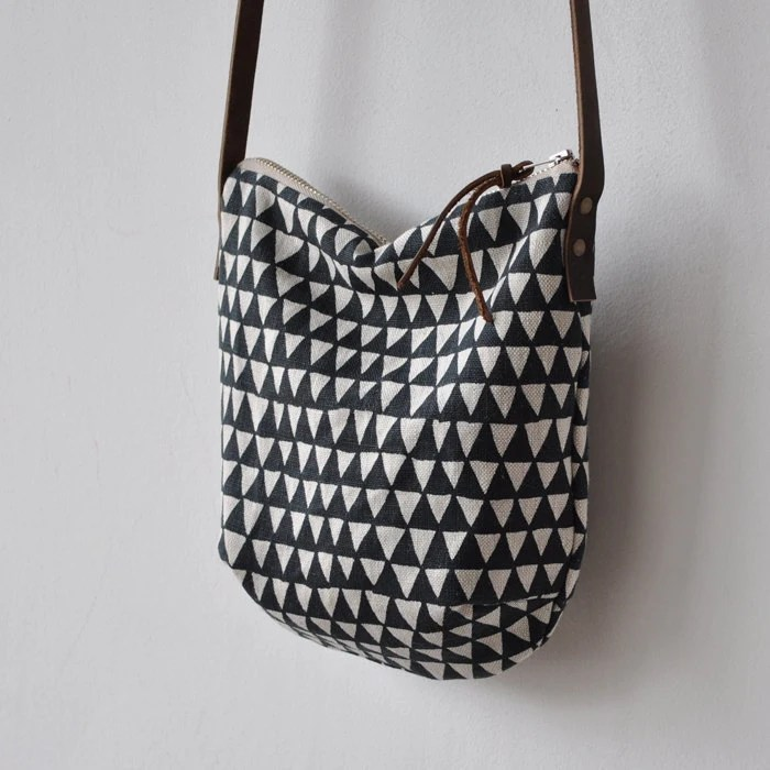 bookhouathome SMALL DAY BAG - triangle