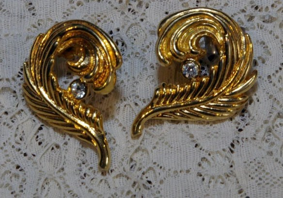 Vintage Gold Tone Feather...