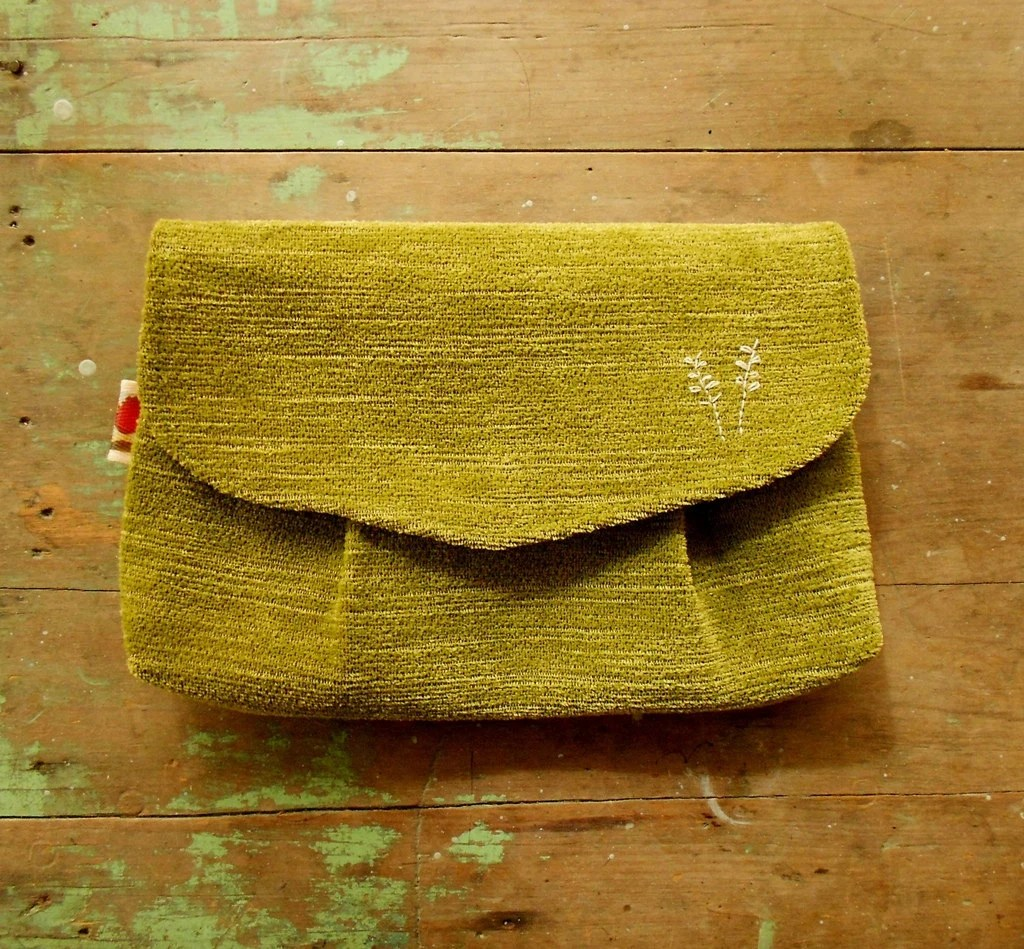 Clutch purse in olive green / pleated envelope clutch/ vintage style / upcycled