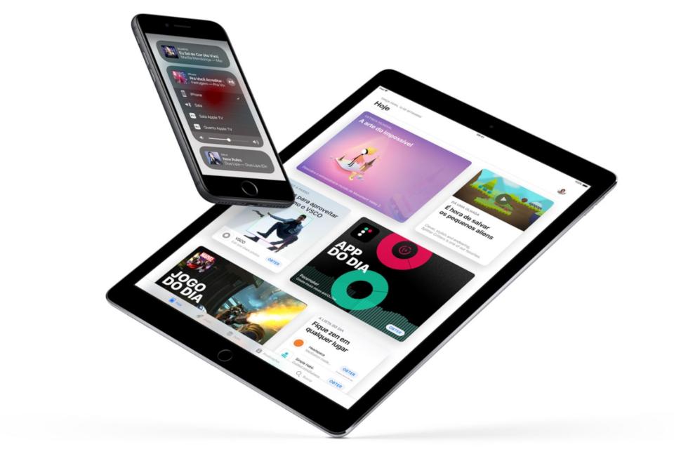 Um celular e um tablet.