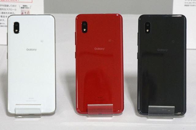 カラーバリエーションは、左からホワイト、レッド、ブラックの3色となっている