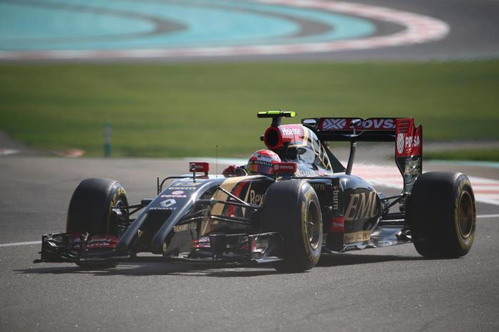 Фото, как загорелся автомобиль Формулы 1 в Абу Даби