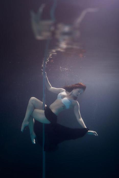 Стриптиз под водой (фотографии)