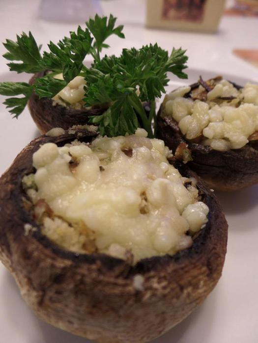 Шампиньоны, фаршированные сыром и сухарями