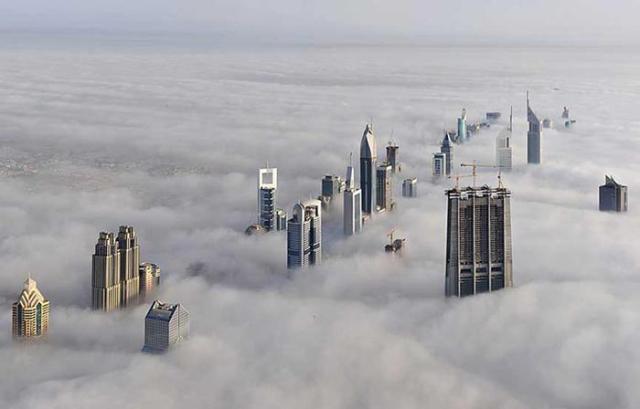 Величественные фото городов мира в тумане и облаках