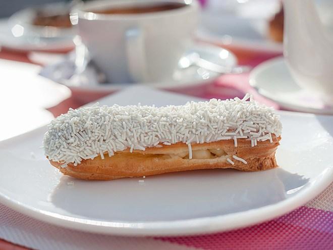 Эклеры с ореховым кремом и малиной