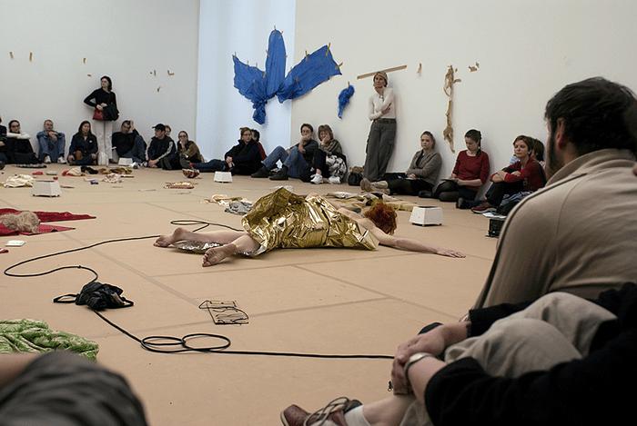 Грязное, голое и колючее! Женское тело на фестивале Tanz im August