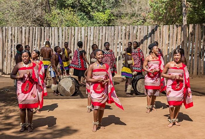 Почему в африканской монархии голые девушки ходят строем