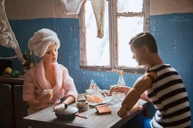 Куклы Кен и Барби в советской коммуналке. Фотограф представила, как бы они выглядели