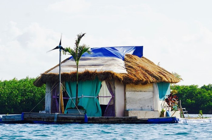 Современный робинзон на плавучем острове из пластиковых бутылок