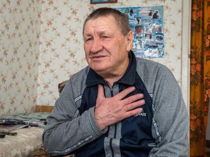 Глухой пенсионер дарит односельчанам гигантские ледовые открытки