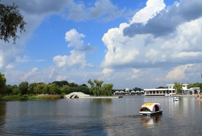 Вид на набережную реки Сунгари с прогулочного катера