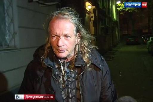 Алкоголика Криса Кельми избили буддисты и приковали к кровати