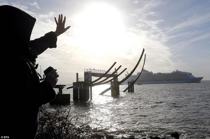 «Симфония морей»: самый большой в мире круизный лайнер отправился в первое плавание