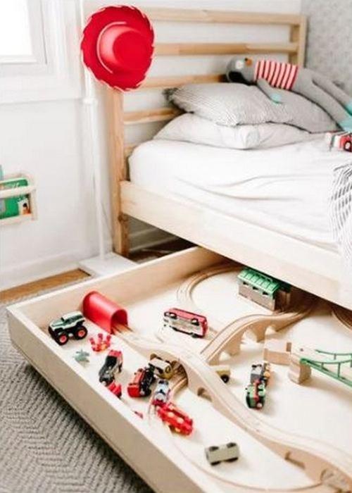 Если шкафы забиты до отказа: 9 оригинальных идей, куда можно складывать вещи