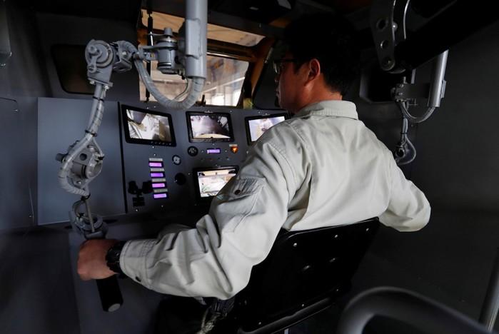 Японский инженер конструктор собирает огромных двуногих роботов