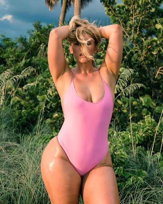 Пышка недели: Софи Холл в бикини и без него