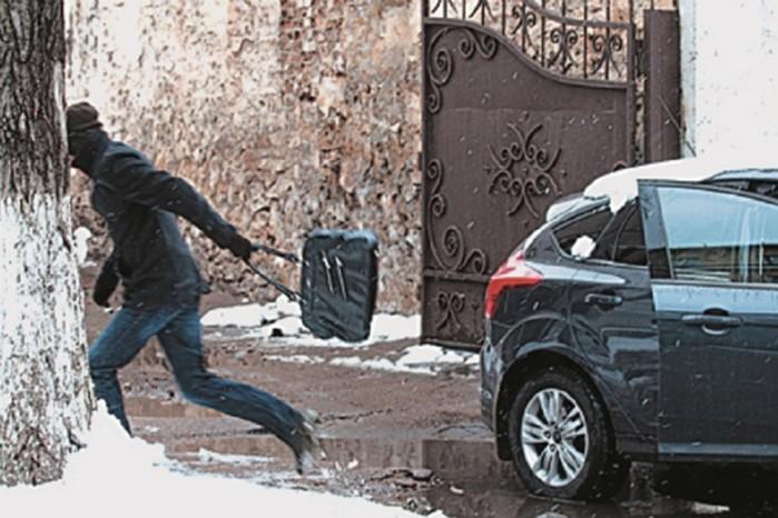 Видео: будьте осторожны! Как воруют из машин наглые воры
