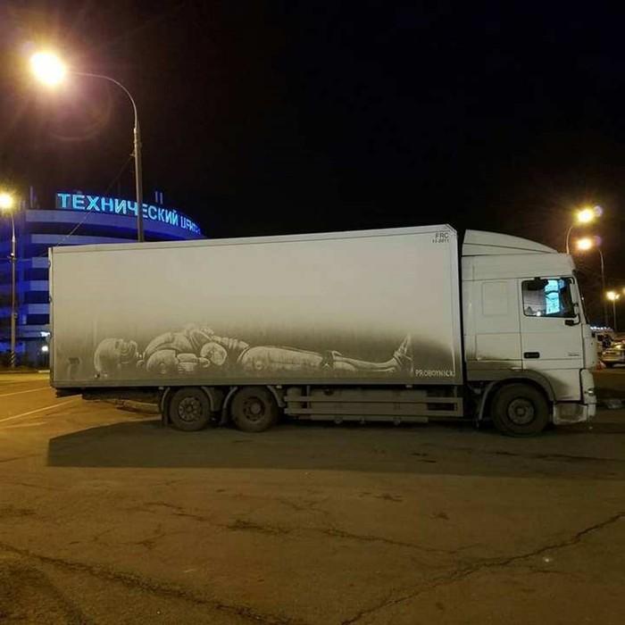 Художник превращает грязные грузовики в картины