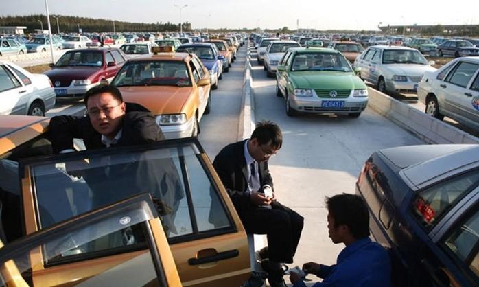 Странные причины огромных автомобильных пробок