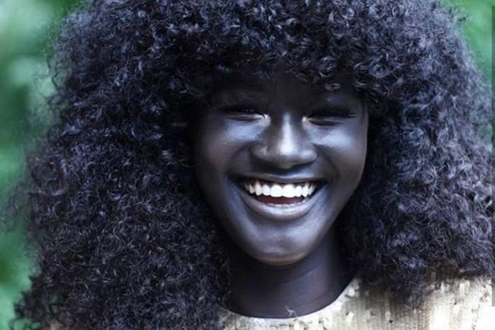 Меланиновая богиня: девушка с угольно черным цветом кожи без фотошопа